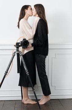 """El amor lésbico, protagonista de campaña - La firma sueca &Other Stories se suma a la lista de empresas que ha convertido a las parejas del mismo sexo en las protagonistas de sus campañas publicitarias. En pro del matrimonio igualitario, tal y como hizo <a href=""""http://www.elmundo.es/yodona/2015/01/13/54b4f230ca474107678b4573.html"""" target=""""_blank"""">Tifannys & Co</a>, la nueva campaña de San Valentín de &Other Stories está protagonizada por Eden Clark y Lizzie Tovell, una pareja residente en…"""