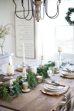 A beautiful farmhouse Christmas tablescape with rustic elements mixed metals and natural greenery. Perfect for a hosting a holiday dinner! Christmas Table Settings, Christmas Tablescapes, Christmas Table Decorations, Holiday Tables, Decoration Table, Holiday Dinner, Christmas Runner, Christmas World, Christmas Fashion