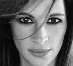 People tell me i look like julia roberts all the time i wish i was as pretty as her lol