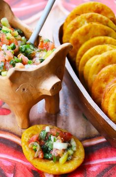 Sopaipillas con Pebre The sopaipillas are a typical Chilean food, which is . Latin American Food, Latin Food, Chilean Recipes, Chilean Food, Salty Foods, Comida Latina, International Recipes, I Love Food, Mexican Food Recipes