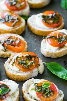Caprese Crostini are an easy and tasty appetizer to serve at parties. They only take about 10 minutes to assemble, but they look fancy and taste great. Easy Canapes, Canapes Recipes, Yummy Appetizers, Salmon Recipes, Appetizer Recipes, Caprese Appetizer, Party Appetizers, Caprese Salat, Baked Sandwiches