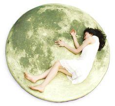 i3lab 「 full moon odyssey floor-mattress」 「お月様にいるのはお餅をつくウサギさんじゃなくて、眠ったわたし。」なんて言ってみたくなるアートなマットレスです。 ごろんと寝転ぶだけでこんなに絵になるなんて、素敵すぎます。