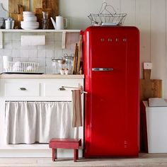 Vintage Kitchen Vintage Appliances: Why buy any old appliance when you can get one with decorative charm, like this Smeg fridge? - Some things never go out of style. Retro Kitchen Appliances, Vintage Appliances, Red Kitchen, Home Appliances, Retro Kitchens, Kitchen Ideas, Space Kitchen, Kitchen Designs, Kitchen Small