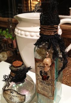 Diy idea : potion bottle tutorial for use or for decor. Diy Halloween, Theme Halloween, Halloween Labels, Halloween Projects, Holidays Halloween, Happy Halloween, Halloween Decorations, Halloween Spells, Halloween Potion Bottles