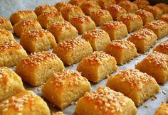 A túrót egy tálba öntjük, majd alaposan összetörjük. (Erre most egy… Hungarian Desserts, Hungarian Recipes, Salty Foods, Salty Snacks, Gourmet Recipes, Cake Recipes, Dessert Recipes, Easy Sweets, Homemade Crackers