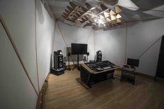 Spitfire Mastering Studio | paini. Studio Table, Studio Setup, Home Studio, Studio Ideas, Production Studio, Music Production, Audio Mastering, Acoustic Design, Recording Studio Design