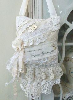 Sachet de lavande en tissu et dentelles.