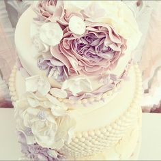 This colour palette is so feminine and pretty. One of my favourites. #sugarweddingcakes #sugarflowers #weddingcake #pearls #wedding