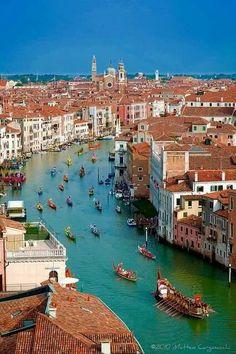 Desfile por el Gran Canal de Venecia Italia