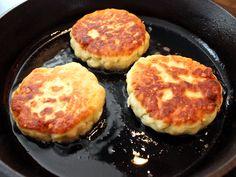 Kaspressknödel German Recipes, Griddle Pan, Dumplings, Pasta Recipes, Risotto, Snake, Food, Kochen, Coleslaw