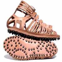 Las cáligas eran sandalias utilizadas por los soldados militares.  Su suela era tachonada de clavos, a modo de tacos, muy práctico y flexible.