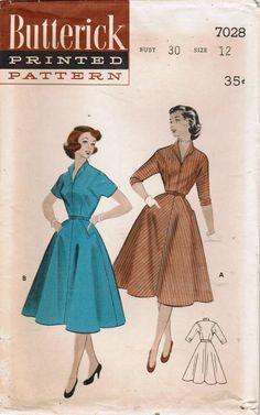 Ce plein-jupe « casual » de 1954 est conçu pour les adolescents et vous aurez assez en une minute !  La robe a plein 4-gore jupe biais évasé avec