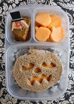 Love this Halloween Bento box idea - Halloween tricks and treats - Lunch Box Bento, Easy Lunch Boxes, Lunch Snacks, Box Lunches, Comida De Halloween Ideas, Fete Halloween, Halloween Tricks, Kids Lunch For School, School Lunches