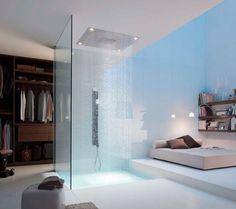 Ducha tipo lluvia en habitación de lujo integrando habitación y baño