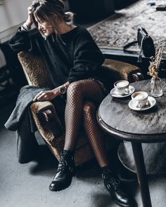 Tendenza calze a rete come indossarle - How to wear fishnet stockings Fishnet Stockings, Fishnet Tights, Fishnet Outfit, Fishnet Trend, Mode Style, Style Me, Look Fashion, Fashion Outfits, Rock Outfits