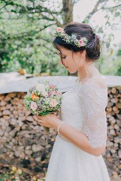 Celeiro casamento na floresta da Baviera por Nadine Lorenz Wedding Hair Flowers, Flowers In Hair, Wedding Dresses, Wreath Wedding Hair, Best Wedding Hairstyles, Twist Hairstyles, Barn Wedding Decorations, Fresh Hair, Bridal Hair Pins