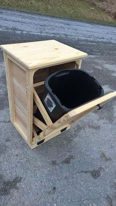 Tilt Out Garbage Can, Wood Furniture, Pallet wood, Rustic Wood Trash Can – Mobel Deko Ideen Kitchen Garbage Bags, Garbage Can Storage, Dog Food Storage, Wood Storage, Pallet Storage, Storage Cabinets, Pallet Kitchen Cabinets, Woodworking Projects Diy, Wood Projects