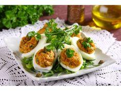Jaja ugotuj na twardo przez 8 minut licząc od zagotowania wody. Wodę posól. Po ugotowaniu jaja wy...