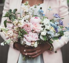Another by one of my faves xxx Pink And White Weddings, White Wedding Bouquets, David Austin Roses, White Aesthetic, Veronica, White Flowers, Peonies, Flower Arrangements, Floral Wreath