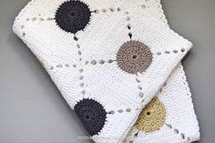 Hæklet håndklæde, håndklæde hæklet af firkanter med rundt midte. Enkelt og smukt og samtidig et perfekt reste-garns projekt. Få opskriften her