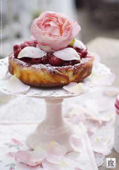 """Ich wünsche ein süsses & lovely Sommerwochenende . In unserem Gärtlein blühen wieder viele Rosen in Weiss und in den sanften Pastell Farben. Wir werden es uns gemütlich machen und es für alle Sinne geniessen . make life lovely, AnnaLISA  PS: mein Rezept für den """"saftigen Himbeerkuchen"""" findet ihr als """"TASTE OF FOOD video by AnnaLISA"""" auf YouTube oder auch auf meinem Blog www.lisalibelle.com >> unter Videos."""