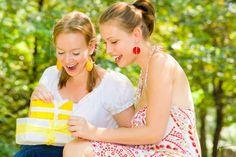 Mit einem Geschenk für die beste Freundin kann man ihr zwischendurch zeigen, dass diese Freundschaft etwas ganz Besonderes ist.
