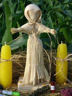 COSTUMES DE LAMMAS: Um dos costumes modernos dos pagãos é construir nesse dias, como parte da comemoração de Lammas, bonecas de milho ou pequenas figuras feitas com pão. As bonecas são colocadas no Altar para representar a Deusa Mãe que preside sobre a colheita. Uma nova boneca é feita nesse Sabbat e a antiga é previamente queimada para trazer boa sorte.