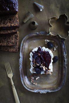 Hunajapaahdettua punajuurta ja sinihomejuustovaahtoa mallasleivällä