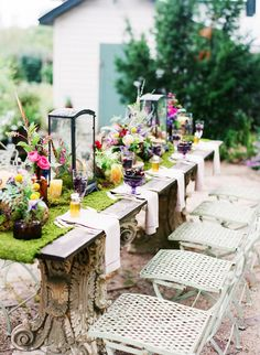 That is a table runner made of moss. I need one for outdoor dining. :) Colorful Wildflower Table Decor -what a table!