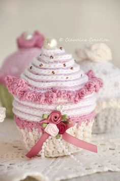 Another stunning crochet cupcake. I love the decoration!