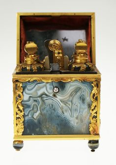 An extremely rare agate and gold perfume necessaire, English c.1760 | Exhibitor: John Jaffa Antiques #avenue  #objet