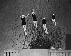 Ragazze si tuffano in una piscina a Highgate, a Londra, primo luglio 1929. (Photo by Fox Photos/Getty Images)