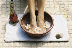 Come rilassarsi e dormire meglio: Un rilassante pediluvio fatto in casa resta uno dei trattamenti più semplici e terapeutici. Munitevi di una tinozza d'acqua ben calda e immergete i piedi almeno fino alla caviglia. Aggiungete ora del sale iodato e qualche goccia di un olio essenziale. Rimanete a mollo per circa 10 minuti e massaggiate dolcemente i vostri piedi premendo su alcuni punti. Per conoscere quali punti, visitate il sito www.wellnessenergizing.com e scaricate i protocolli gratuiti.
