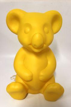 Dekolampe, Koala Bär in der Farbe Gelb der Fa. Heico Abmessung ca. H=33,5 cm B=23 cm T=19,5 cm Beleuchtung 230 V 50 Hz E14 max 10 Watt CE Kabel Weiß Neuware, Lieferung ohne Leuchtmittel !