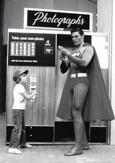 Christopher Reeve takes a photo with a young fan! What a Superman! He was the best superman! Movies And Series, Dc Movies, Movie Tv, Marvel Dc, Christopher Reeve Superman, Univers Dc, Photos Booth, Belle Photo, Pop Culture