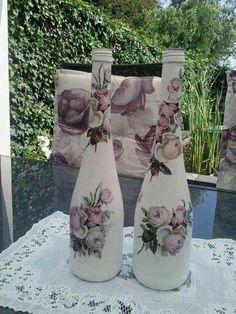 Várias ideias e inspirações de artesanatos em Gerais para você fazer na sua casa Recycled Glass Bottles, Glass Bottle Crafts, Painted Wine Bottles, Wine Bottle Glasses, Wine Bottle Art, Wine Craft, Decoupage Art, Altered Bottles, Bottle Painting
