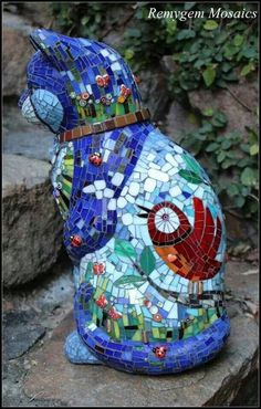 Mosaic cat, this would be awesome to do with the statue I have of a Persian cat to honor my belated Himalayan's Mosaic Garden Art, Mosaic Pots, Mosaic Wall, Mosaic Glass, Mosaic Tiles, Mosaics, Mosaic Crafts, Mosaic Projects, Mosaic Designs