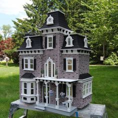 awesome exterior! [www.greenleafdollhouses.com]