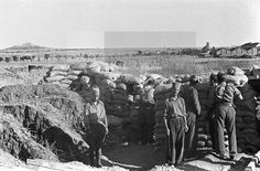 GUERRA CIVIL ESPAÑOLA: ZONA REPUBLICANA.- MADRID, JUNIO DE 1937.- Trinchera de la 21ª brigada mixta, al mando del comandante Francisco Gil Díaz Pallarés, en el frente de Usera. Al fondo, a la izquierda, se destaca el Cerro de los Ángeles. efe/juan guzman. EFE/Juan Guzmán