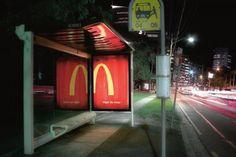 Anúncio do McDonald's no ponto de ônibus só fica completo à noite ;) veja aqui http://www.bluebus.com.br/anuncio-mcdonalds-ponto-de-onibus-fica-completo-noite-veja-aqui/