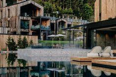 Noch mehr Raum, noch mehr Natur. Seit jeher ist unser Naturhotel Forsthofgut ein Ort, an dem sich die Natur mit behaglichem Luxus und Komfort verbindet. Wichtig ist uns, dass sich unsere Gäste wohlfühlen und Glückmomente erleben. Auszeit und Wellness heißt für uns auch, die Natur zu spüren. Mansions, Komfort, House Styles, Home Decor, Time Out, Alps, Luxury, Places, Nature