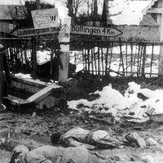 Deux soldats morts américains à une intersection de route à Honsfeld, en Belgique, à proximité de la frontière allemande à Losheimergraben, 17 décembre 1944. Le pillage des soldats US probablement pointe vers le mauvais état des troupes allemandes pendant la bataille des Ardennes, tel qu'il était courant d'utiliser toutes sortes d'appareils alliés en raison de la pénurie constante.