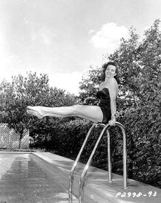 Jane Russell poolside in a one piece black swimsuit in 1951 - photos Golden Age Of Hollywood, Vintage Hollywood, Hollywood Glamour, Classic Hollywood, Hollywood Icons, Old Hollywood Actresses, Classic Actresses, 1940s Actresses, Cinema Tv