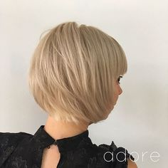 It's high time to look gorgeous and try a fresh new hairstyle. Here is a list of fabulous New Short Layered Hairstyles that will upgrade your look perfectly. Layered Hair With Bangs, Short Layered Haircuts, Short Hair Cuts, Layered Hairstyles, Layered Bobs, Short Bobs, Cool Hairstyles For Girls, Try On Hairstyles, Straight Hairstyles
