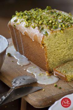ciasto z awokado z polewą limonkową i pistacjami / avocado cake with lime icing and pistachios