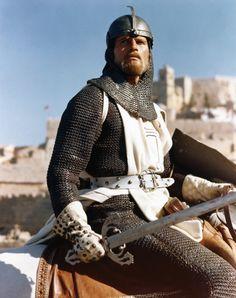 Charlton Heston siempre luchó por intervenir en las decisiones respecto a las películas en las que participaba. Así, por ejemplo, presionó en 1958 a los estudios Universal para que fuese Orson Welles quien le dirigiese en Touch of Evil (Sed de mal), y cuentan que ayudó a financiar el final del rodaje. En 1965 se enfrentó a los productores de Major Dundee, cuando querían interferir en la dirección de su director, Sam Peckinpah En la imagen, El Cid (1961)