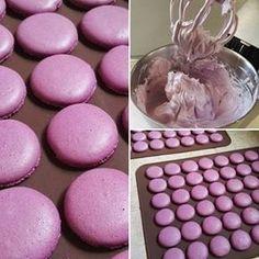 Svatební makronky jsme zvládli a zvolili jsme pro ně borůvkovou barvu (i když na… Baking Cupcakes, Cupcake Cakes, Macaron Recipe, Sweet Cookies, Sweets Cake, Happy Foods, How Sweet Eats, Mini Cakes, Macaroons