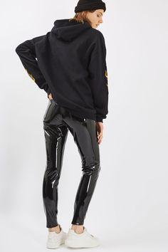 http://de.topshop.com/de/tsde/produkt/moto-black-vinyl-jamie-jeans-6106487?geoip=noredirect