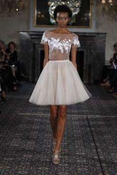 Mira Zwillinger desenhou um vestido de duas peças com uma saia curta. Esta…