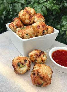 Four ingredient chicken meatballs just 44 calories each - These protein-rich meatballs are perfect for a snack, or you could serve them as a main meal with a - Mince Recipes, Cooking Recipes, Clean Eating Snacks, Healthy Eating, Dinner Healthy, Healthy Food, Healthy Mummy Recipes, Fast Recipes, Snacks Sains